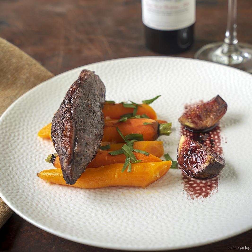 Eendenfilet met vijgen, geglaceerde wortelen