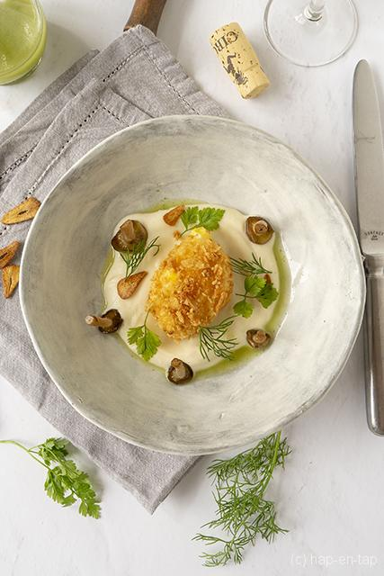 Gepaneerd eitje met sesam, bloemkoolmousseline en shimeji