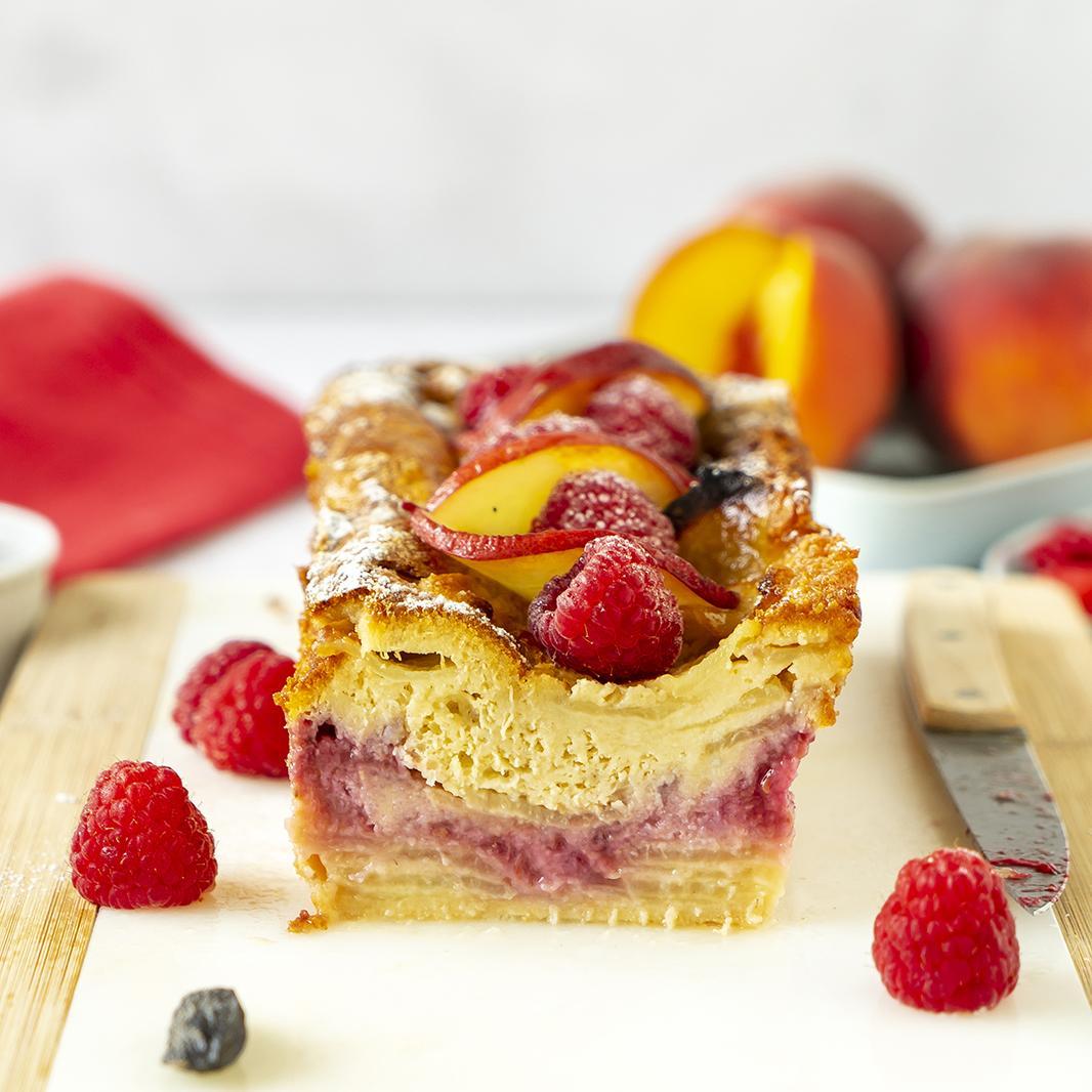 Smeltzachte cake met perzik, framboos en tonka