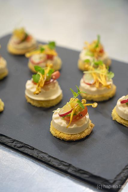 Hapje van gerookte paling, gemarineerde groenten, yuzu, limoen