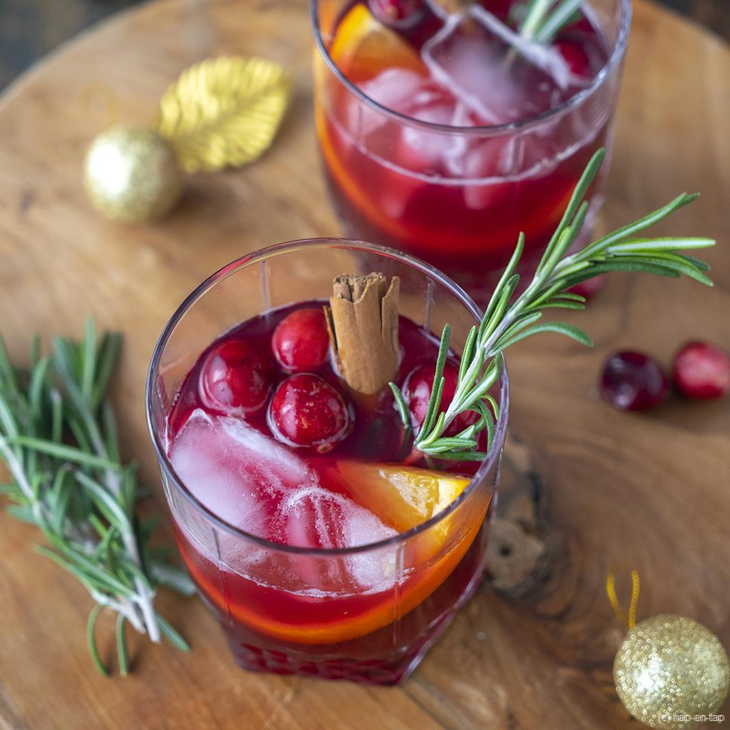 Cranberry whisky cocktail met rozemarijn en kaneel