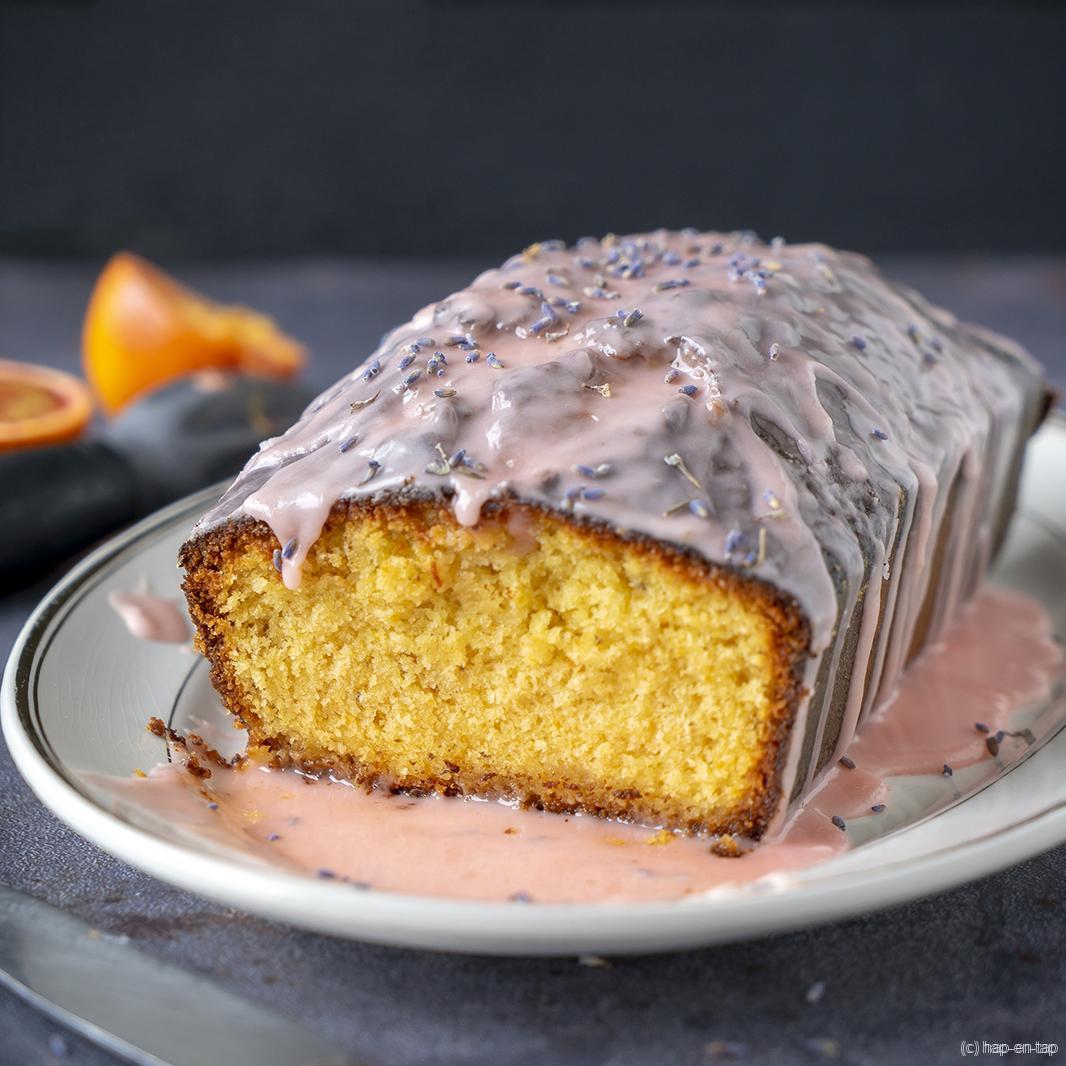 Geglazuurde bloedsinaasappelcake met lavendel