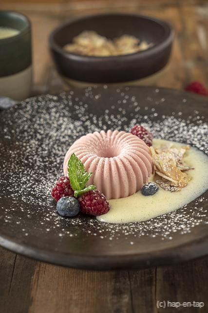 Aardbeienbavarois, gekaramelliseerde amandelschilfers, crème anglaise