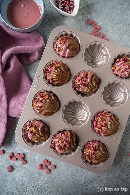 Frambozen chocolade madeleines met Ruby chocolade en rozenblaadjes