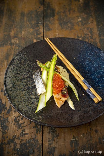 Gegrilde zalm met teriyakisaus, miso, zeewier en groene asperges