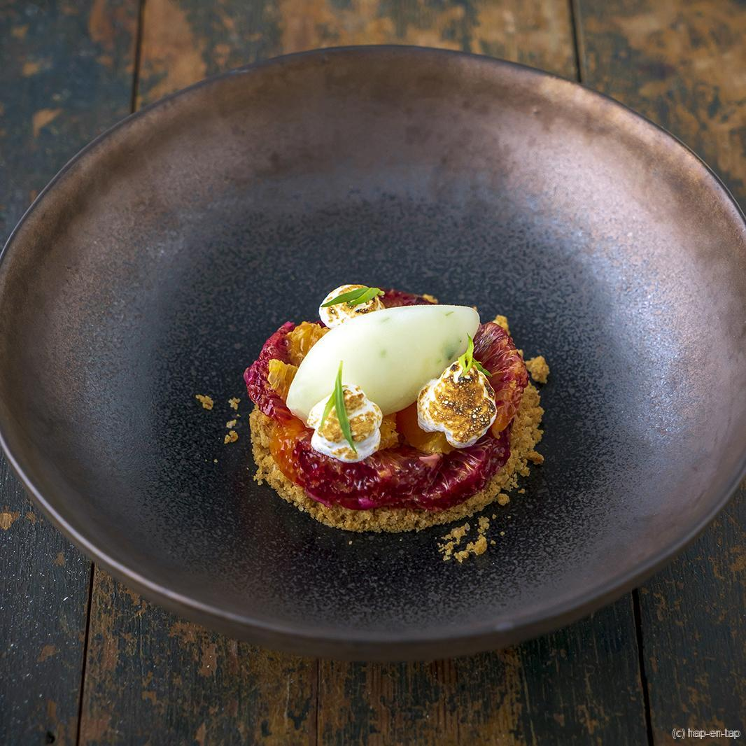 Bloedsinaasappel, citroensorbet met dragon, meringue, havercrumble