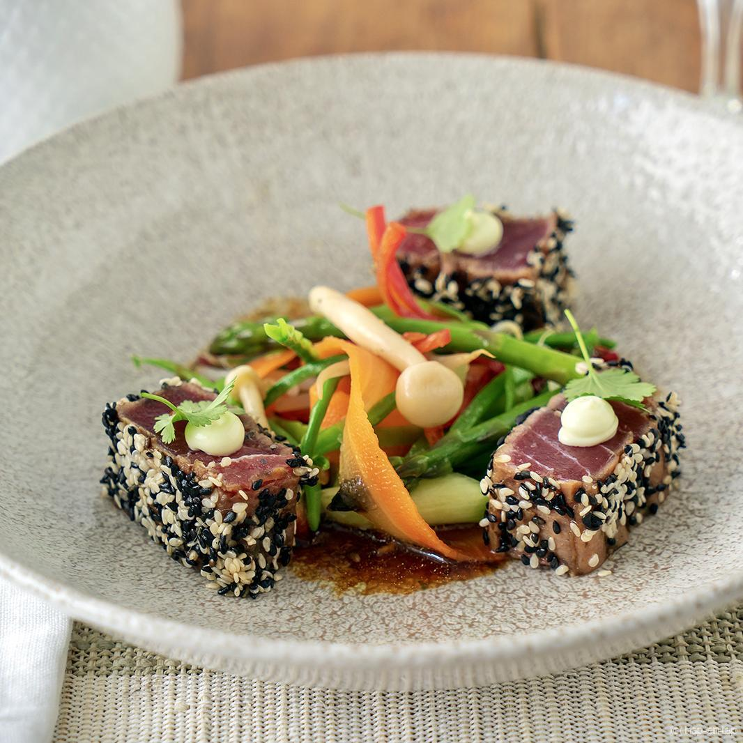 Tataki van tonijn, soja, sesam, koriander, krokante groenten