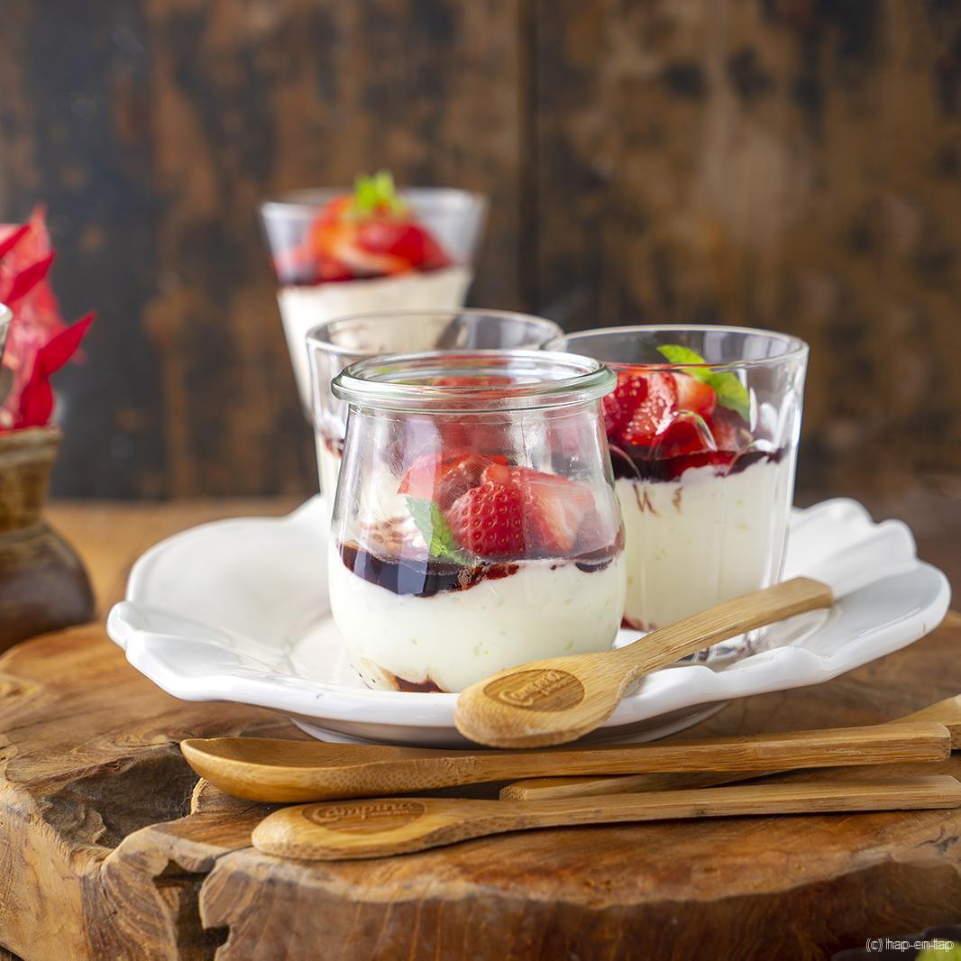 Cheesecake in een glas met geroosterde aardbeien