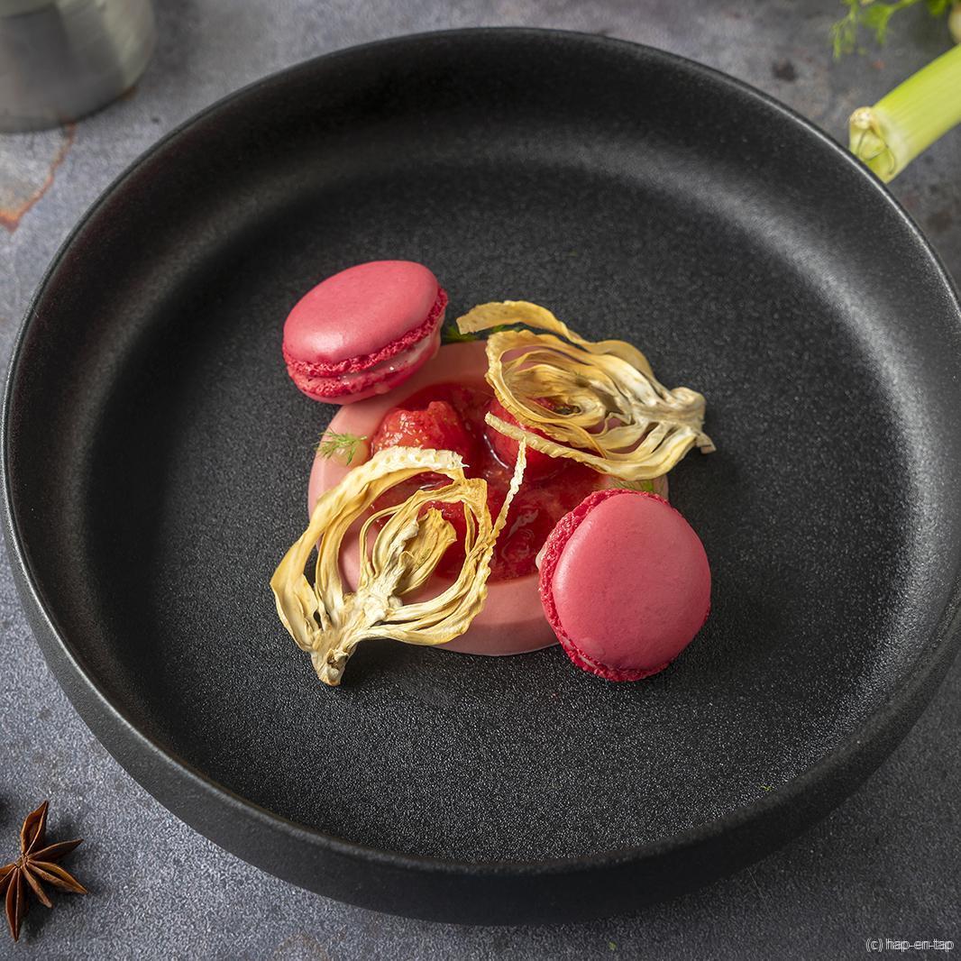 Aardbeienbavarois met frambozenmacarons, venkel en groene appel