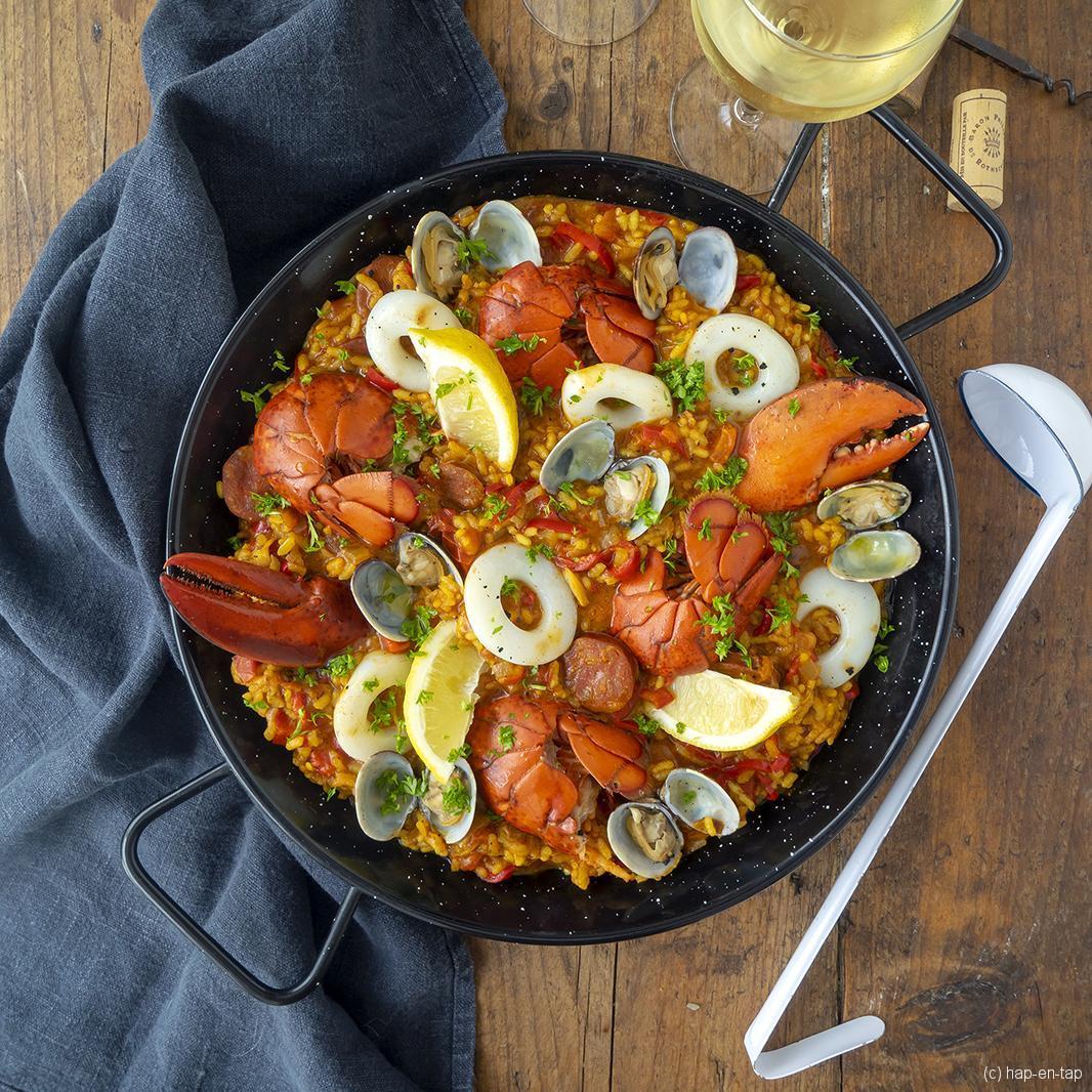 Paella de luxe met kreeft en vongole