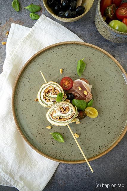 Tricolore opgerolde pannenkoekjes met Parmaham