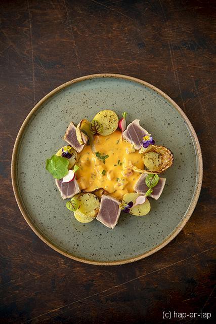 Gebakken tonijn, gekaramelliseerde venkel, gekonfijte aardappel en choronsaus