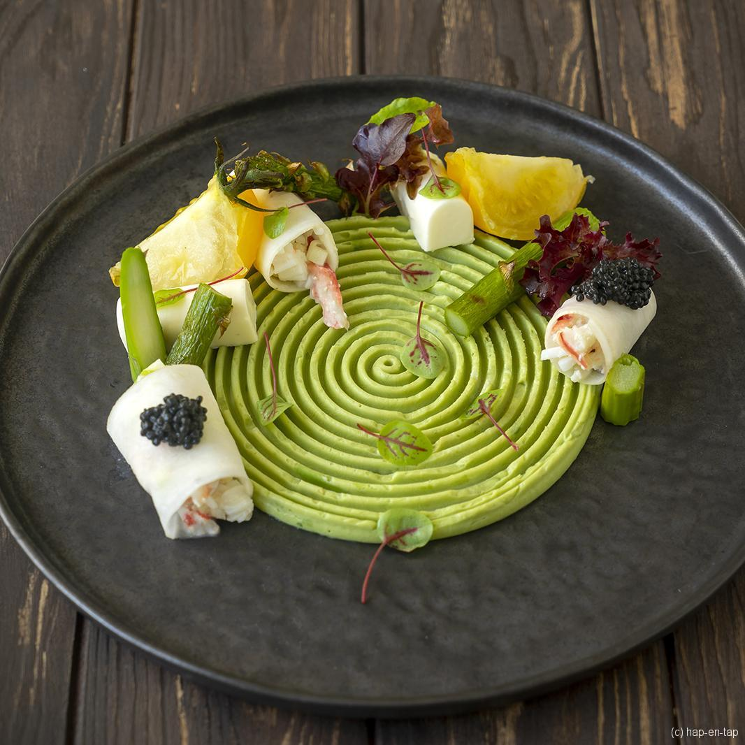 Noordzeekrabsalade met groene appel, avocadocrème en gele tomaat