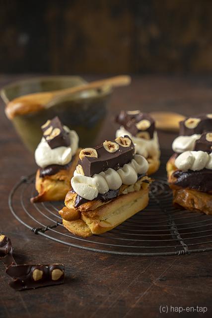 Chocolade eclairs met karamel crème en Zwitserse meringue boterroom