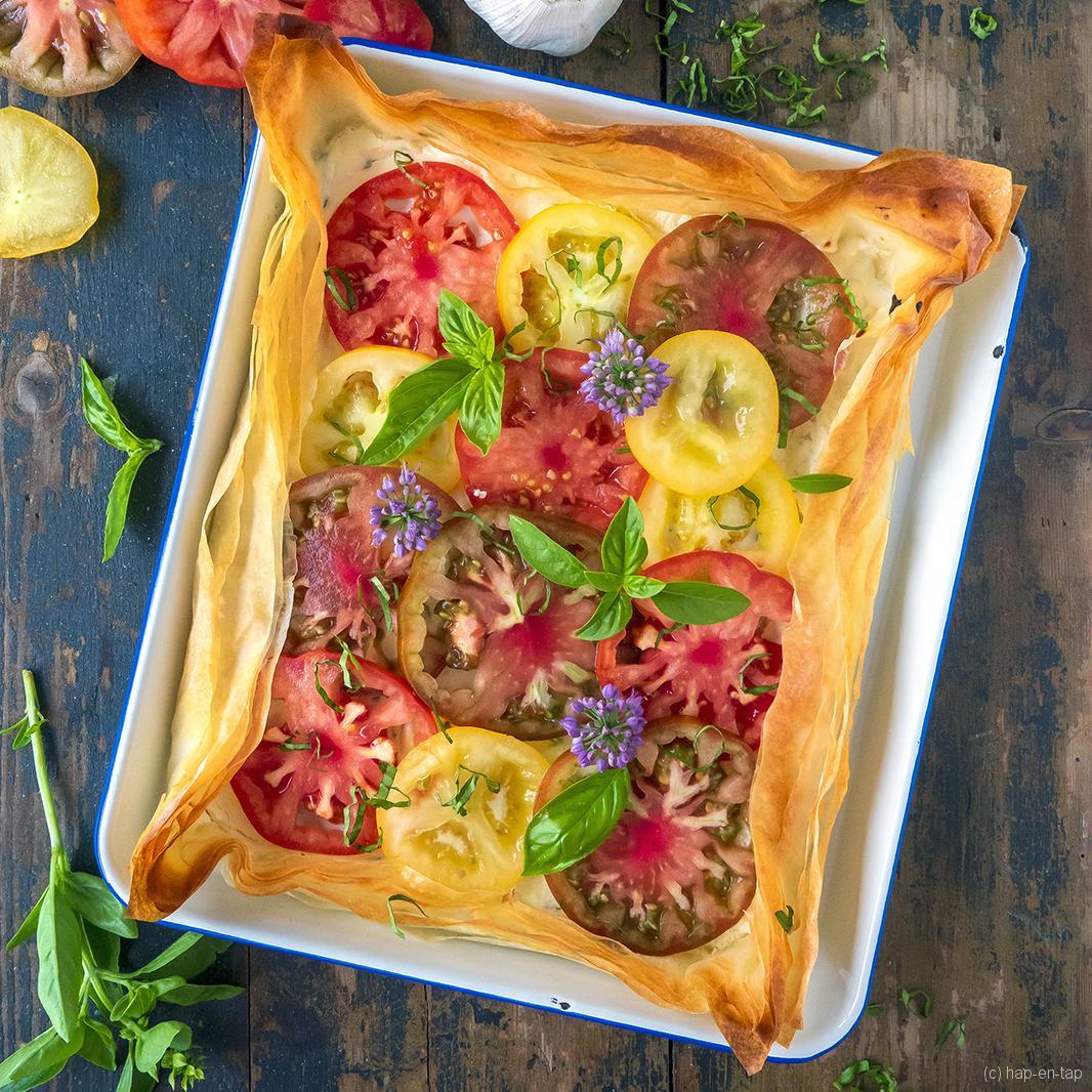 Tomatenplaattaart met ricotta en toum (Libanese knoflooksaus)