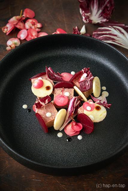 Varkenskop met radicchio, rode biet en appel