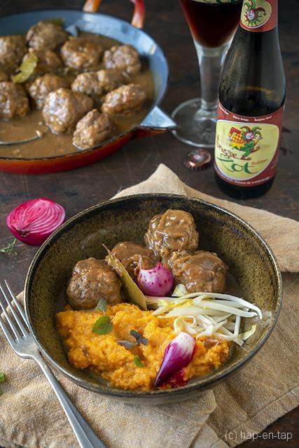 Everzwijnballetjes in Brugse Zot Dubbel met zoete aardappelpuree