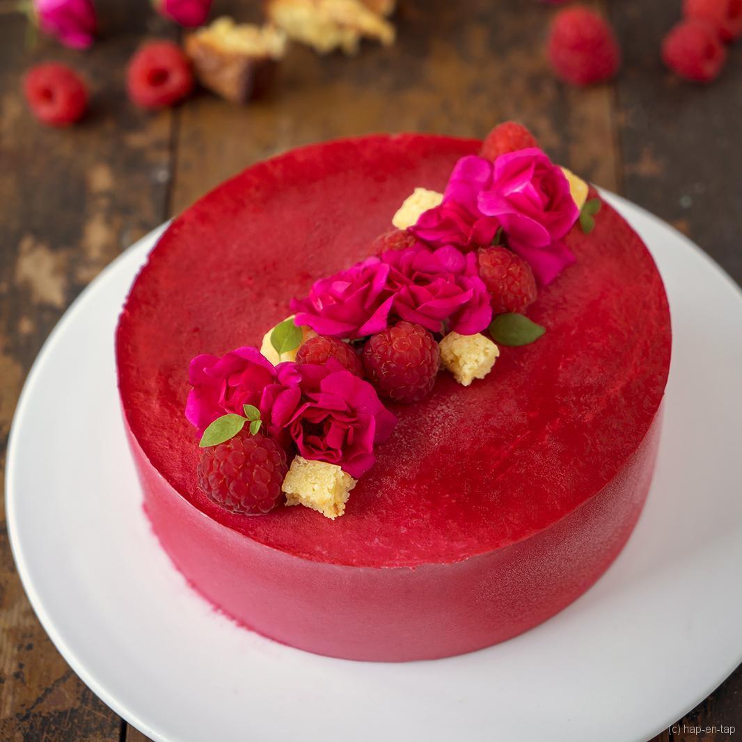Frambozenmousse taart met passievruchtenmousse en blondie bodem