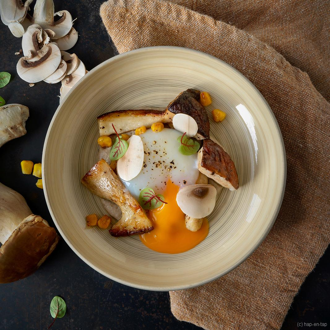 Het ultieme gepocheerde eitje, eekhoorntjesbrood, mais