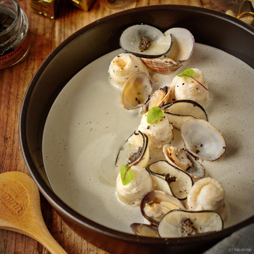 Noordzeetong met een soepje van vongole, vin jaune, rammenas en truffel