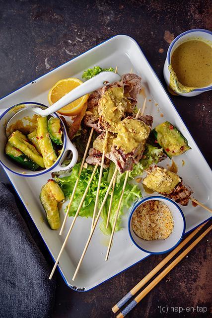 Spies van ossenhaas met rendangsaus en komkommer-pickle