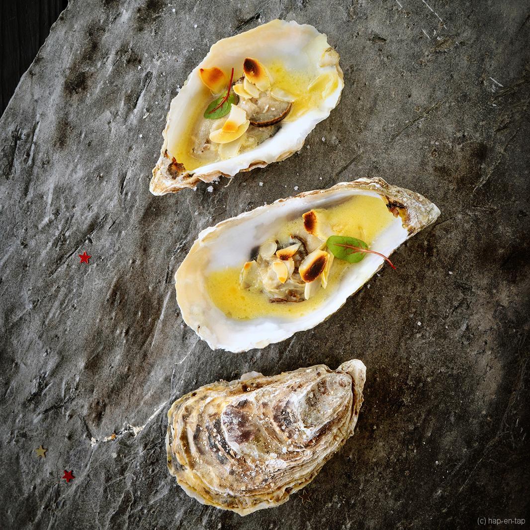 Gegratineerde oesters in een saffraan botersaus