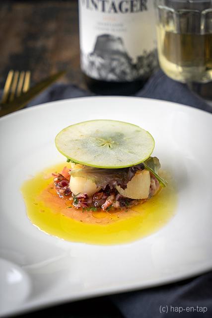 Geschroeide Sint-Jakobsschelpen met salsa en kruidensalade