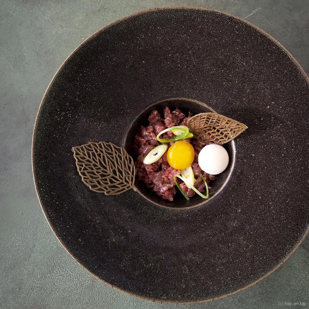 Tartaar van Iers rundvlees, crémeux van cabernet sauvignon azijn, gepekelde eidooier