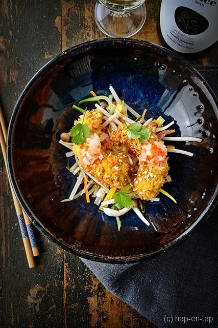Krokante gamba's met Aziatisch aangemaakte groentesalade en Oosterse sesam vinaigrette