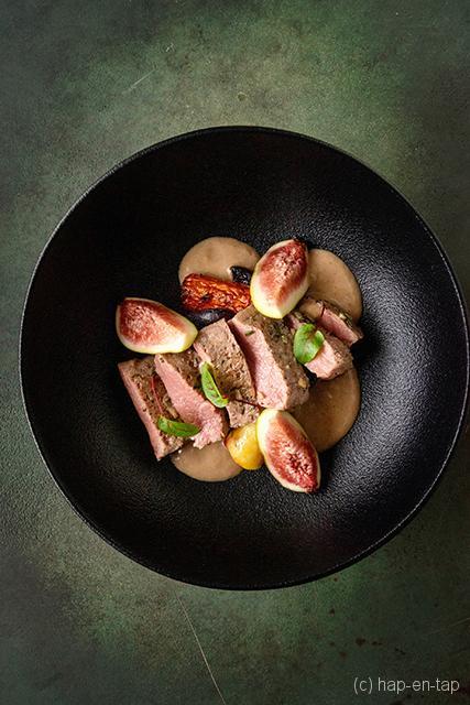 Sous-vide gegaarde lamsfilet met blauwe kaas saus en wortels