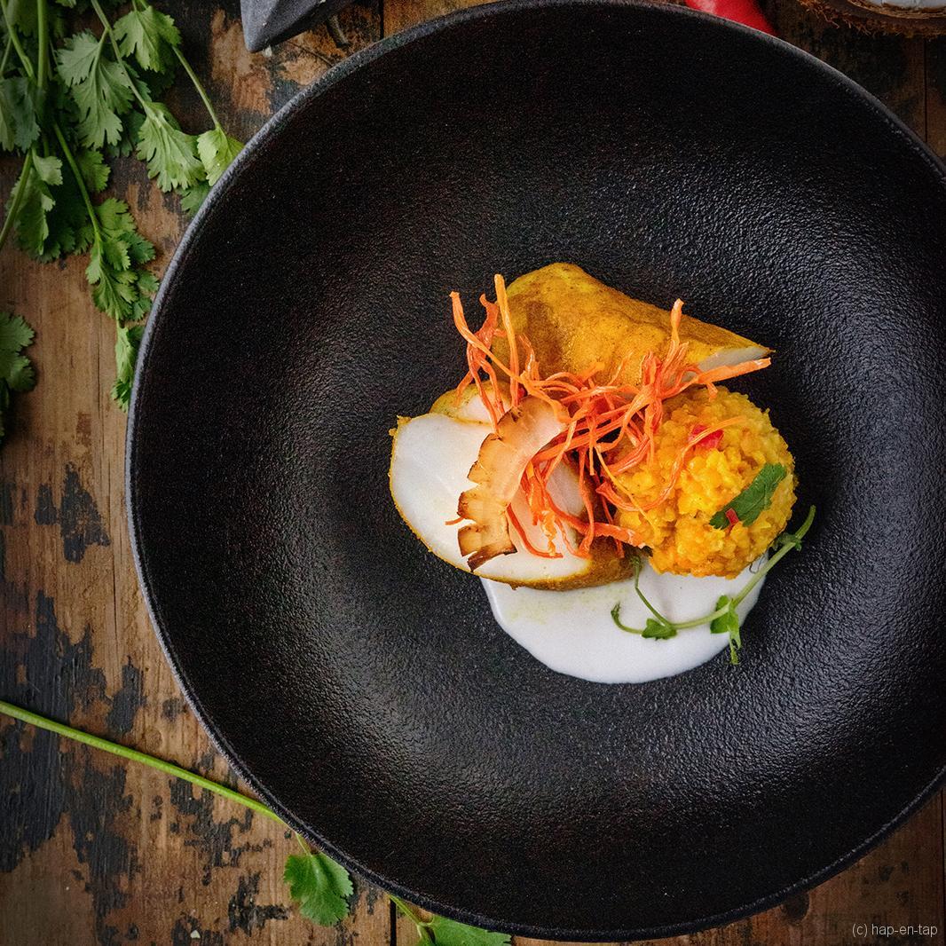 Zeeduivel masala met rode linzen, gepekelde wortels en kokos