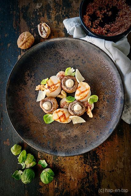 Gegrilde sint-jakobsmosselen met lardo di colonnata, gerookte champignons & parmezaan