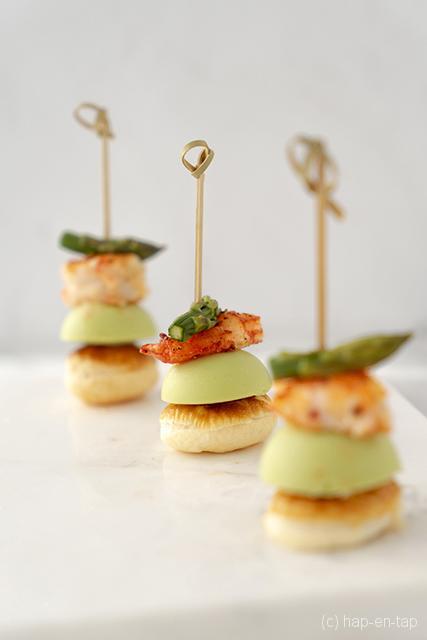 Finger food met crème van groene asperges en gemarineerde gamba's