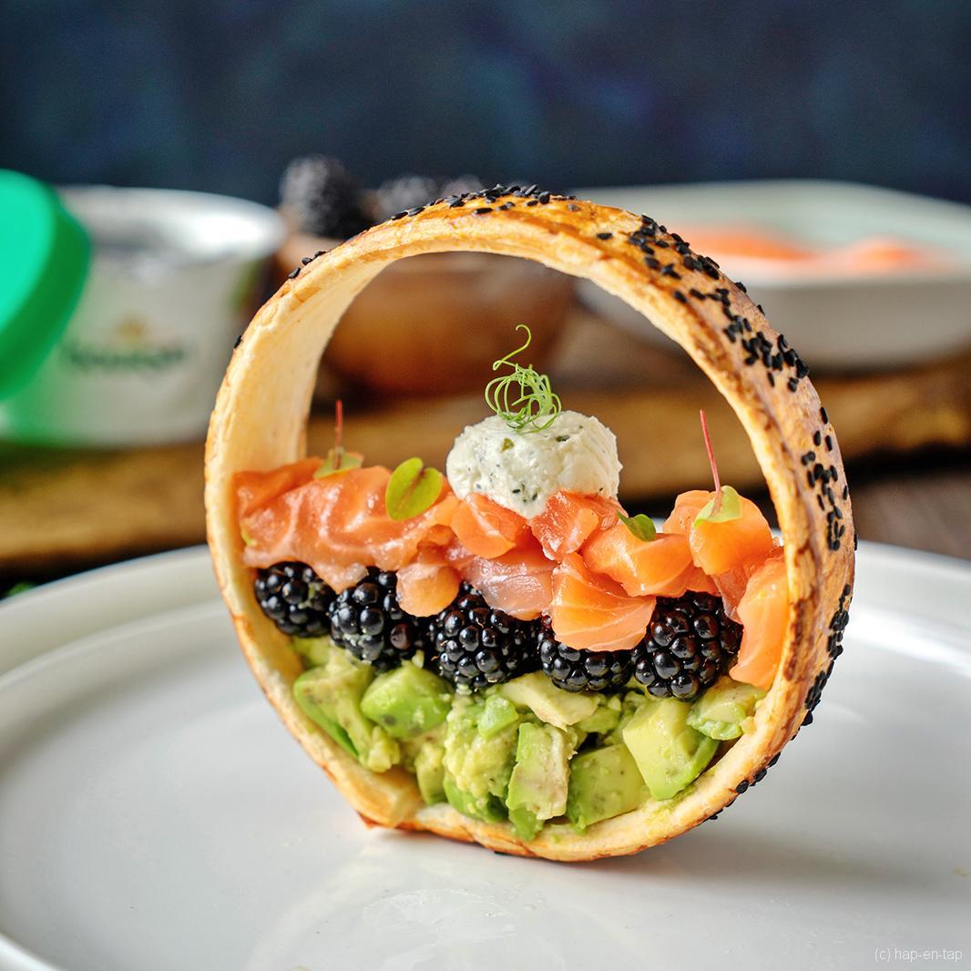Bladerdeegring met avocado, zalm en Boursin