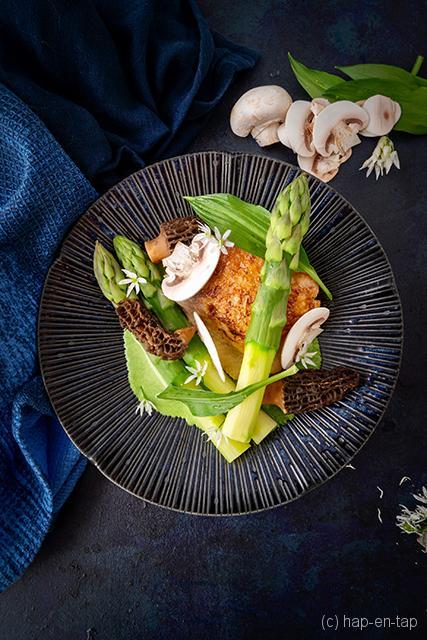 Kip met groene asperges en daslook