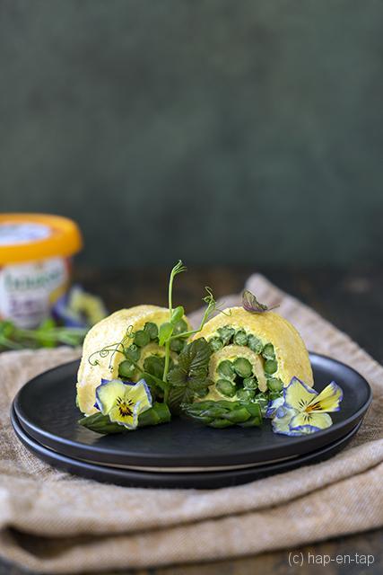 Opgerolde omelet met groene asperges en Boursin India