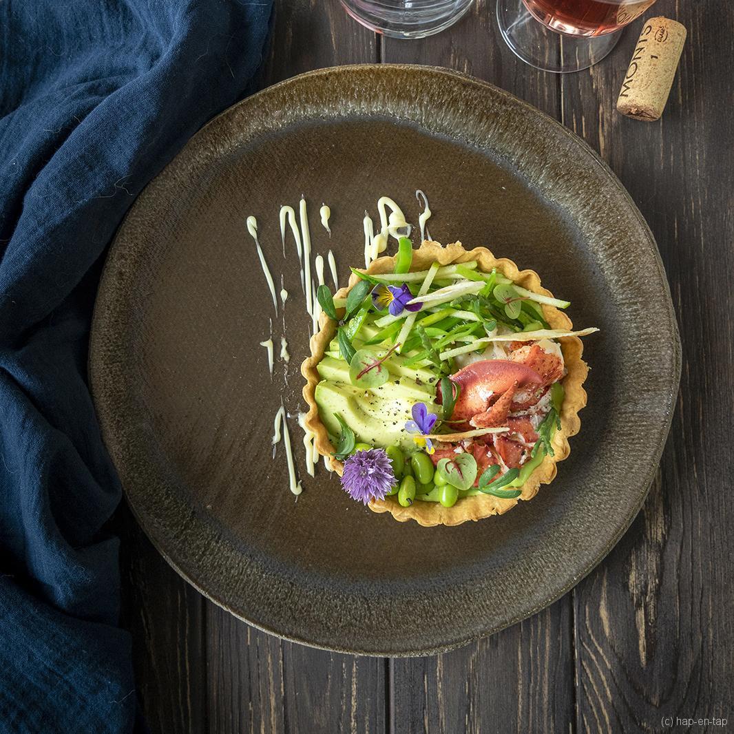 Tartelette van kreeft met een crème van doperwt en zilte groenten