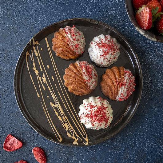 Madeleines met aardbeien en witte chocolade
