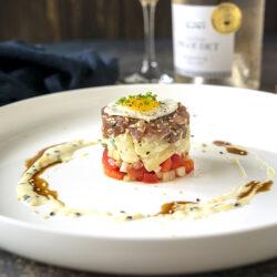 tonijntartaar met soja en sesam, aardappelsalade, pikante salade en kwartelei