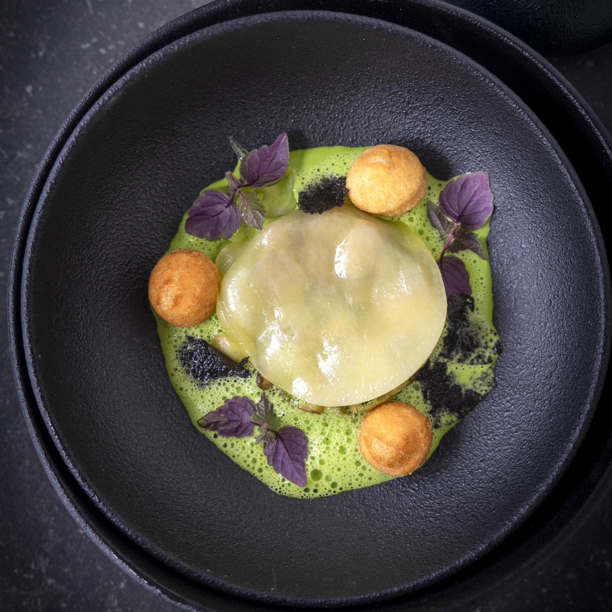 Fricassee van eekhoorntjesbrood, ravioli van fontina en peterseliesaus