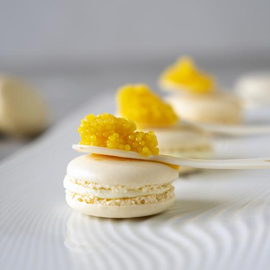 Macaron met limoencrème en white pearl kaviaar