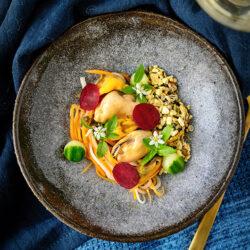 Mosselen, gemarineerde groenten en sesamcrunch