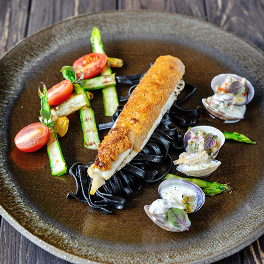 Gegratineerde tongfilets met Comté korst, schelpjes, Crémant saus